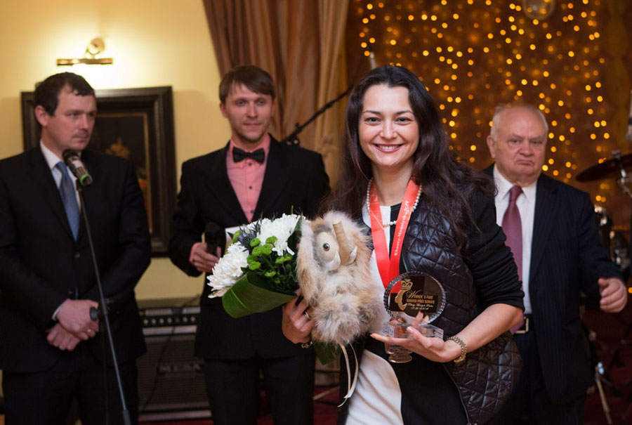 Chess Queen Alexandra Kosteniuk gets her prize at the Grand Prix